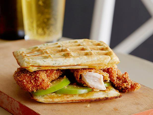 Фото Вафельный сэндвич с курицей и острым кленовым сиропом