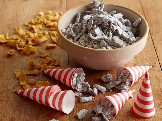 Закуска из шоколада, арахисовой пасты и кукурузных чипсов