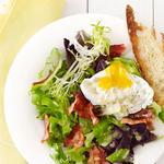 Салат с яйцом-пашот и беконом как в кафе