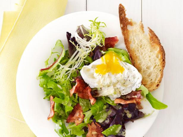 Фото Салат с яйцом-пашот и беконом как в кафе