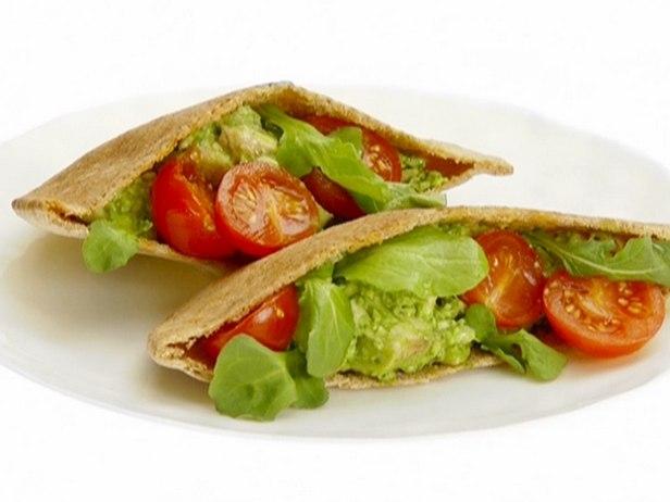 Фото Куриный салат с соусом песто в пите