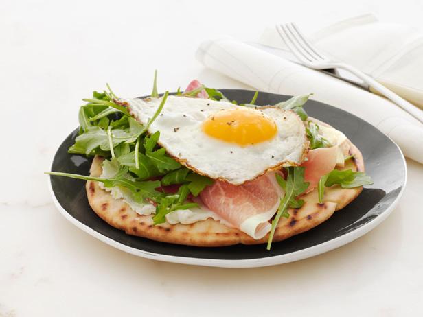 Яичница и салат на пите к завтраку