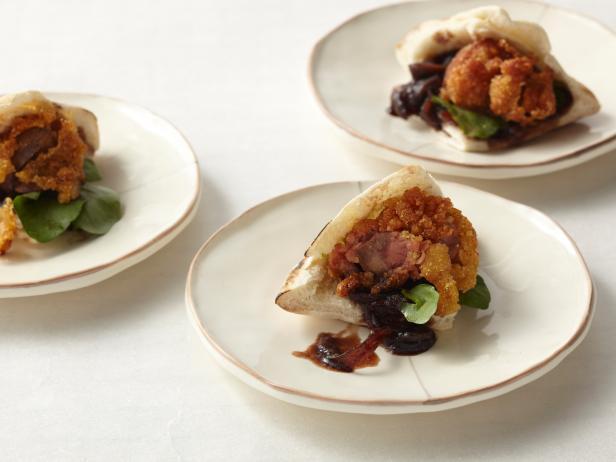Жареная в панировке куриная печень с карамелизированным луком и кресс салатом на лепешке