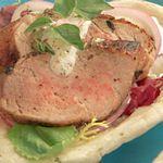Гирос со свининой и томатно-йогуртовым соусом