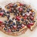 Десертная пицца с ягодами и корицей