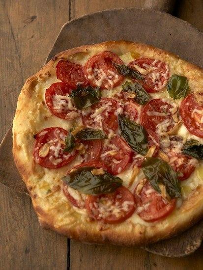 Пицца с томатами и базиликом