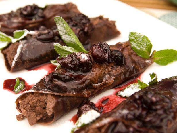 Шоколадные блинчики с ягодным соусом
