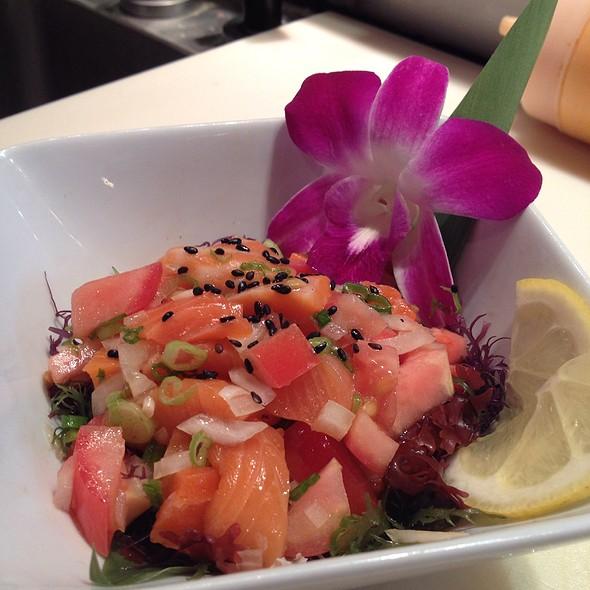 Гавайский салат с лососем «Ломи-ломи»