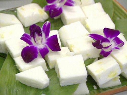 Гавайский кокосовый десерт Хаупия с ананасом