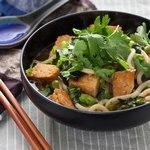 Вегетарианский имбирный суп с тофу и лапшой удон