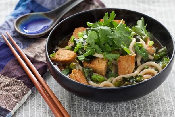 Фото Вегетарианский имбирный суп с тофу и лапшой удон