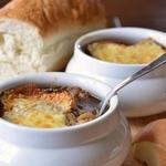 Луковый суп с сырными крутонами в горшочках по-ирландски