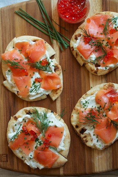 Канапе с копченым лососем на ирландском хлебе с луковым маслом