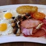 Ирландский завтрак с яичницей, картофельными оладьями и печеными томатами