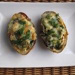 Печеный картофель, фаршированный колканноном