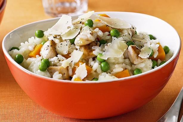 Тушеное куриное мясо с рисом и сезонными овощами