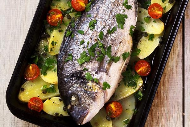 Рыба, запеченная целиком на овощной подушке по-карибски