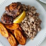 Ямайский обед с курицей, рисом и фасолью