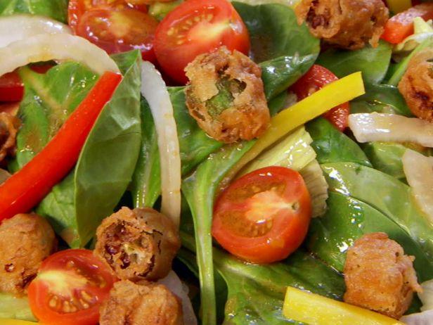 Садовый салат с крутонами из жареной бамии