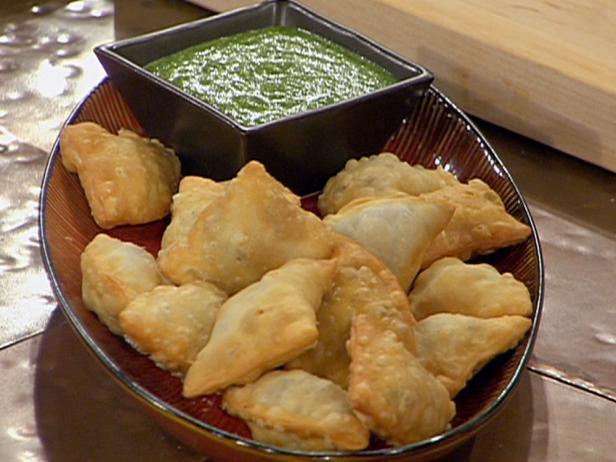 Индийская самса с бараниной и дип-соусом из свежей мяты