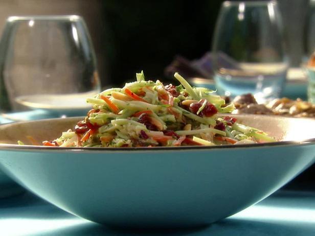 Капустный салат из брокколи с соусом раита