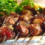Маринованные шашлыки из баранины с йогуртовым соусом с чили
