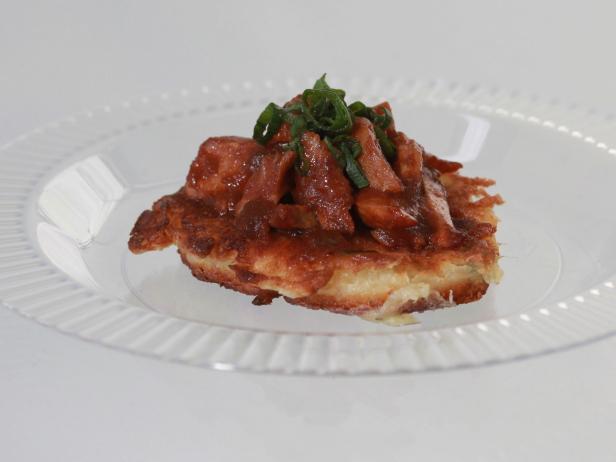 Луковые оладьи с курицей в соусе барбекю со специями тандури