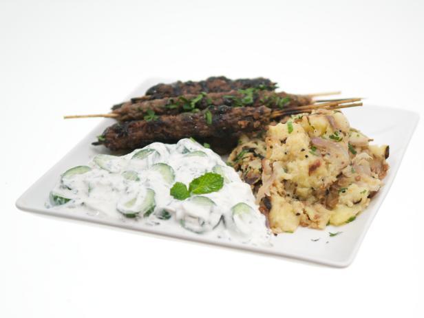 Кюфта из баранины на шампурах с гранатовой глазурью, картофелем с бенгальскими специями и соусом раита