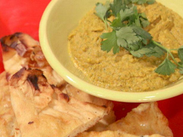 Дип-соус из чечевицы и гороха с лепешками наан с запеченным чесноком