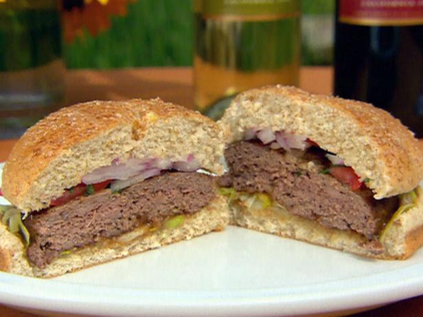 Бургеры масала с пикантным соусом из тамаринда и красным луково-мятным релишем
