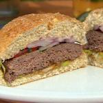 Фото Бургеры масала с пикантным соусом из тамаринда и красным луково-мятным релишем