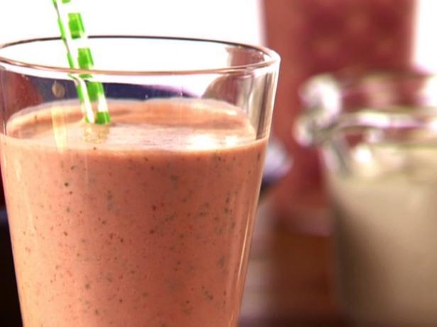 Ласси – йогуртовый прохладительный напиток с клубникой и базиликом