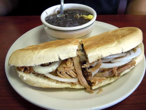 Кубинский сэндвич с запеченной свининой «Пан кон лечон»