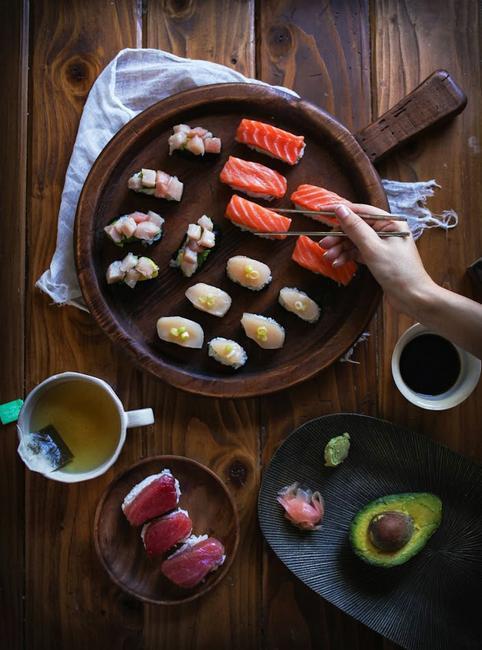 Фото Обед ассорти в японском стиле: из курицы, говядины и тунца на гриле