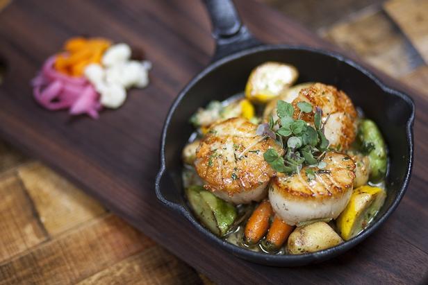 Овощной салат с жаренными морскими гребешками и водорослями