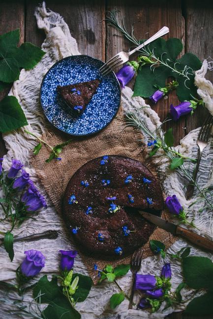 Шоколадный торт с винтажными цветами