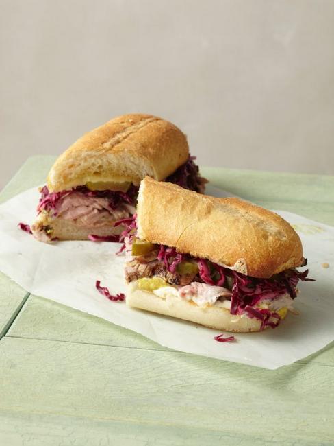 Кубинский сэндвич с салатом из краснокочанной капусты
