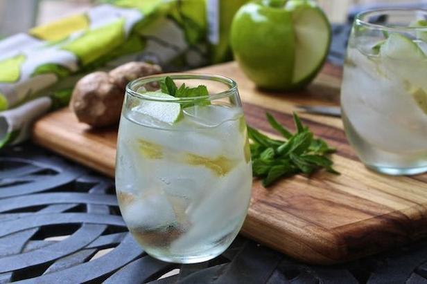 Сангрия из белого вина с мятой