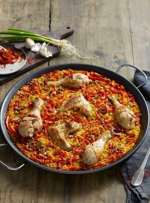 Фото Испанская паэлья с курицей и чоризо