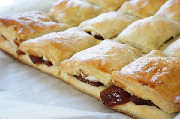 Слоеные пирожки с сыром и гуавой