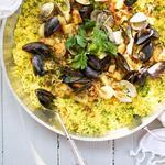 Простая паэлья с креветками и морскими гребешками