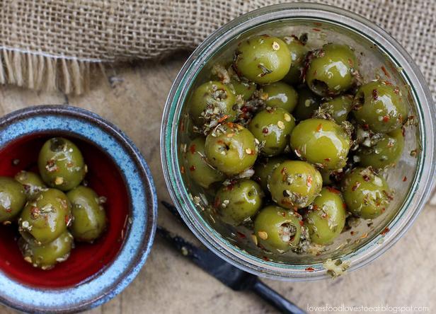 Фото Маринованные оливки с розмарином, красным чили, апельсином и паприкой