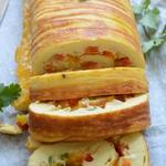 Яичный рулет, начиненный ветчиной и сыром