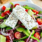 Греческий салат из томатов и огурцов с сыром фета