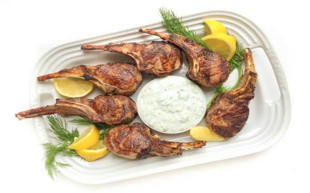 Каре ягненка с мятно-йогуртовым соусом по-гречески