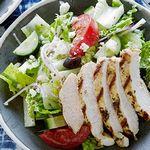 Греческий салат из маринованной с орегано курицы