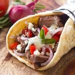 Греческий фаст-фуд Гирос: лепешка с мясом ягненка и соусом дзадзики