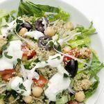 Греческий салат Хориатики с киноа и нутом