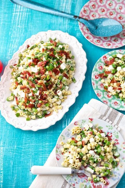 Куриный салат с макаронами и сыром фета