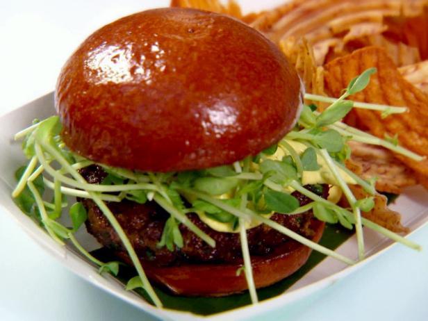 Фото Баранья котлета для гамбургера и греческий соус